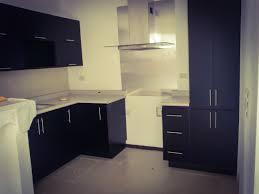 small modern kitchen cocina pequeña color negro brillante y enchape de acero para