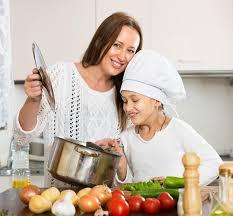 maman cuisine fille et maman de sourire à la cuisine photo stock image 66191014