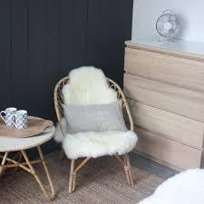 table basse chambre fauteuil table basse en rotin peau de mouton commode scandinave bois