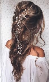 frisur brautjungfer lange haare mit haarschmuck aus weißen perlen im mittelpunkt
