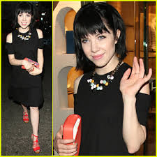 carly rae jepsen hairstyle back carly rae jepsen goes back to black hair after dropping emotion