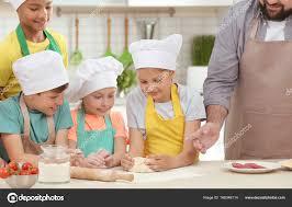 cours de cuisine enfants groupe d enfants et enseignant en cuisine pendant le cours de