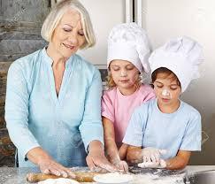 cuisine avec enfant deux enfants de cuisine avec grand mère pour noël dans une cuisine