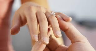 verlobungsring tragen fidelty ring juwelier entwirft verlobungsring mit gps weekend at
