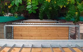 holzbelag balkon balkon mit entwässerung stahlblau