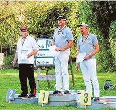 In der Mitte der Sieger Jörg Görner und rechts Johannes Hillerhues. Petersfehn Großer Erfolg für den Bogenschützen Arno Schröder vom Schützenverein ... - CIMG0685--357x337