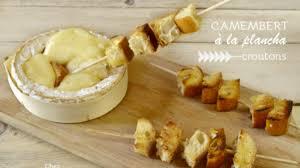 que cuisiner a la plancha camembert cuit à la plancha et brochettes de croutons recette par