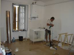 montage d une cuisine une porte une fenêtre en châtaignier et la pose d une cuisine