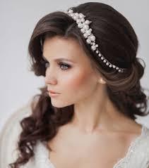 Hochsteckfrisurenen Hochzeit Mit Diadem Und Schleier by Diadem Aus Weißen Perlen Halboffene Frisur Mit Pony Hairstyles