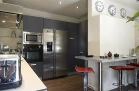 cuisine avec frigo americain cuisine moderne avec équipements en inox et petit espace bar bien