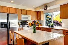 cuisine couleur miel intérieur confortable cuisine avec îlot et fenêtre photographie