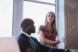 sexe au bureau exécutif femme tenant une tasse de café avec un collègue de sexe