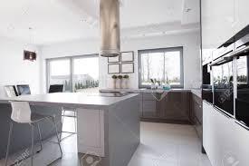 cuisine au milieu de la cuisine moderne et ensoleillé avec îlot de cuisine au milieu banque