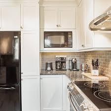 armoire en coin cuisine coin déjeuner pour cuisine blanche transitionnelle et micro onde