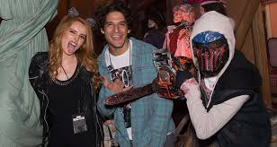 halloween horror nights website archive bella thorne u0026 tyler posey couple up at halloween horror nights