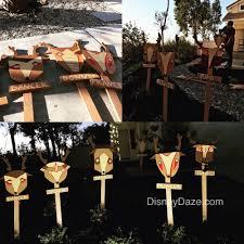 12 days of disney christmas outdoor decor u2014 disneydaze