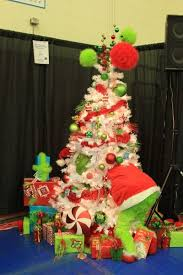 Large Christmas Decorations For Outside by Best 25 Grinch Christmas Tree Ideas On Pinterest Large Outdoor