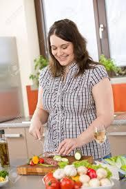 femme plus cuisine cuire plus de taille femme sécant salami et de légumes dans la