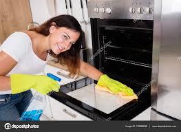 nettoyage cuisine femme de nettoyage four dans cuisine photographie andreypopov