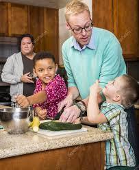 sexe dans la cuisine du même sexe avec des enfants dans la cuisine photographie