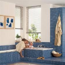 sitzbank für badezimmer sitzbank im badezimmer die ablagebank neben der badewanne
