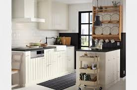 cuisine marron et blanc tabouret de bar en cuir marron foncé réfrigérateur blanc à 2