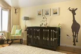 chambre la girafe chambre enfant chambre bébé fille jaune pastel silhouette girafe