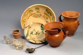 bicchieri in ceramica boccali in ceramica e bicchieri in vetro sulla tavola medievale