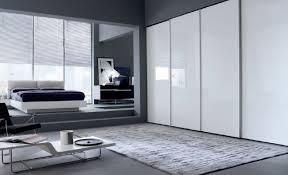 hochglanz schlafzimmer der kleiderschrank mit schiebetüren ein platzsparendes stauraumwunder