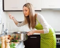 femme dans la cuisine femme faisant cuire la soupe végétarienne dans la cuisine photo