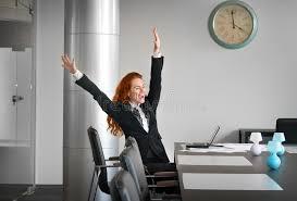 le bureau fille la fille a plaisir à travailler dans le bureau image stock image