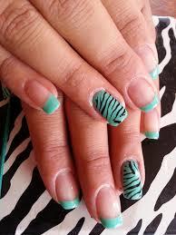 uñas acrílicas decoradas con francesa y animal print de zebra en