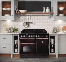 falcon cuisine cuisine blanche chrome et parquet avec le piano de cuisson falcon
