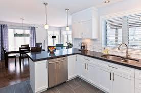 comptoir cuisine bois cuisine fonctionnelle en bois laqué blanc avec comptoir de granit