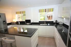 decorer cuisine toute blanche décoration cuisine plan travail noir 36 reims 04151401 salle