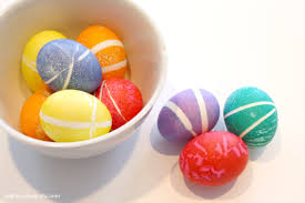 cool easter ideas use rubber bands for decorating easter eggs hometalk
