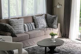 canapé tweed robuste canapé tweed marron avec des oreillers et une le à motifs