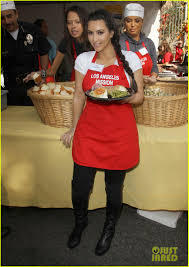 zoe saldana serves thanksgiving meals to the homeless photo