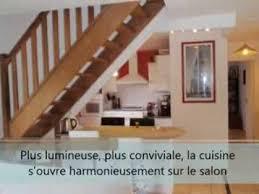 escalier entre cuisine et salon ouverture cloisons cuisine américaine salon séjour espace ouvert