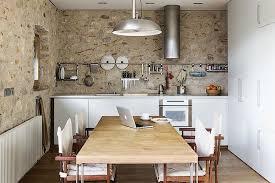 cuisine moderne dans l ancien mélanger meubles anciens et modernes dans sa déco intérieure