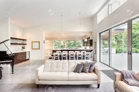 Wohnzimmer In English Schöne Wohnzimmer Im Neuen Luxus Haus Mit Blick Auf Esstisch Und