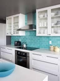 cuisine turquoise blanc et turquoise un duo gagnant ici juste un carrelage style