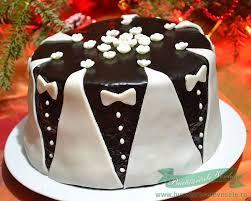 un tort de casa pregatit cu crema ganache si ornamente din