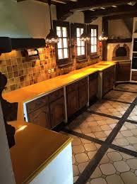 cuisine couleur miel cuisine en de lave émaillée bords bec de corbin couleur jaune