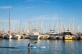 sedere di uomo 13 may 2016 un kayak dell uomo lungo le file degli yacht alle