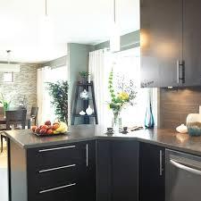 stratifié comptoir cuisine idée relooking cuisine péninsule avec bande corian sur comptoir