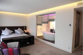 salle de bain dans une chambre chambre donnant sur la salle de bain privative liza lena