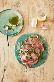 cuisiner une tete de veau carpaccio de tête de veau ravigote et petits croûtons régal