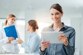 femme nue au bureau sourire femme d affaires en utilisant une tablette numérique et