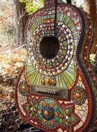 obiecte handmade decoratiune gradina handmade din chitara veche placata cu mozaic